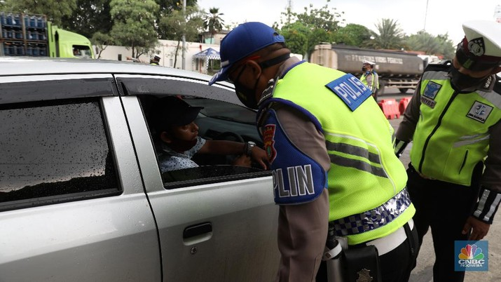 Penyekatan mudik di Tol Cikupa. (CNBC Indonesia/Andrean Kristianto)