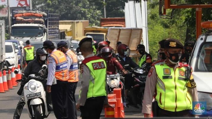 Pemudik motor di Kerawang, Jawa Barat mengikuti tes Antigen. (CNBC Indonesia/Muhammad Sabki)