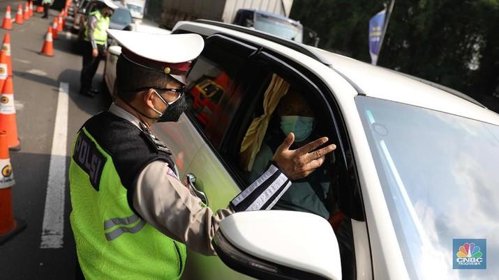 Penyekatan mudik di Tol Jakarta Cikampek. (CNBC Indonesia/Muhammad Sabki)