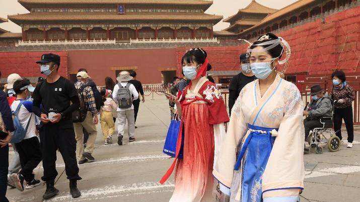 Wisatawan berkunjung ke Kota Terlarang, Beijing. (AP/Ng Han Guan)