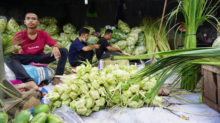 Pedagang Ketupat di Kebayoran Lama (CNBC Indonesa/Tri Susilo)