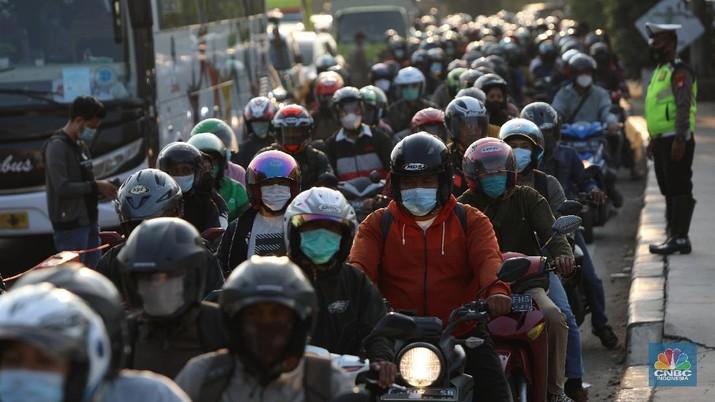Kemacetan di pos penyekatan, Jalur Pantura Kedung Waringin, perbatasan Kabupaten Bekasi-Karawang, Senin (10/5/2021).  Dari data yang didpat dari jam 8.00 wib hingga 15.00 wib sebayak 512 kendaraan yang telah diputar balik.  (CNBC Indonesia/Andrean Kristianto)