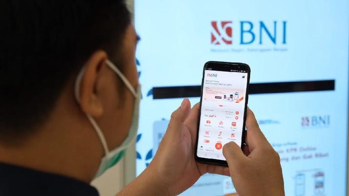 Nasabah bertransaksi menggunakan BNI Mobile Banking. (Dok. BNI)