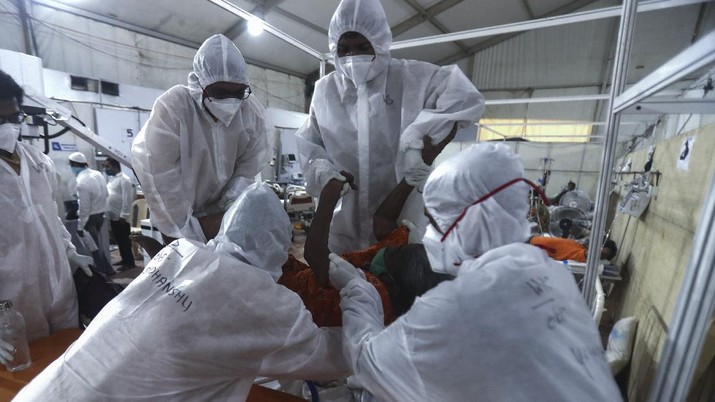 Health workers attend to a patient at the BKC jumbo field hospital, one of the largest COVID-19 facilities in Mumbai, India, Thursday, May 6, 2021.(AP Photo/Rafiq Maqbool)