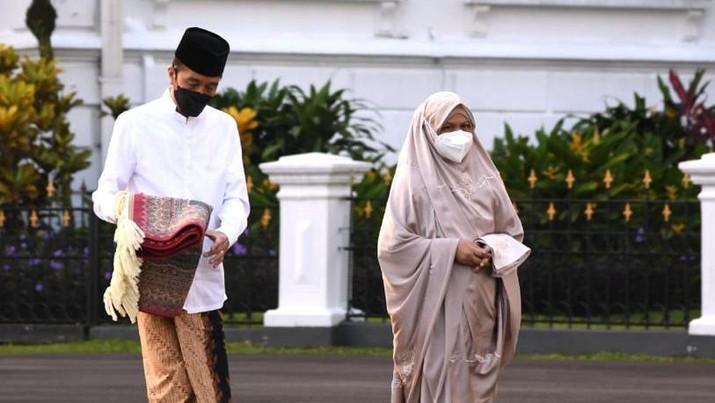 Presiden Joko Widodo dan Ibu Negara Iriana Joko Widodo, melaksanakan salat Idulfitri 1442 H di halaman Gedung Induk Istana Kepresidenan Bogor. ( Biro Pers Sekretariat Presiden/Lukas)