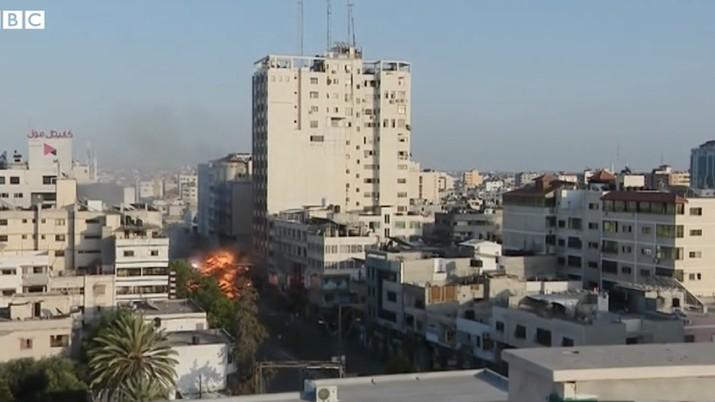 Menara di Gaza Runtuh Dibom Israel. (Tangkapan Layar Video via BBC)