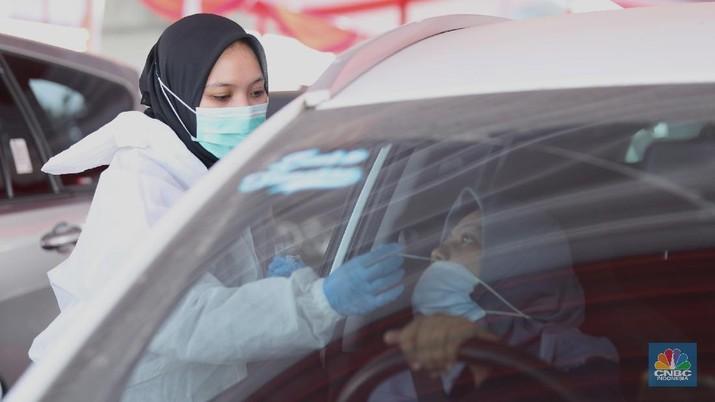 Petugas melakukan pemeriksaan motode tes usap dan antigen Covid-19 pada pengendara arus balik lebaran di Tol Jakarta Cikampek KM 34B, Cikarang, Jawa Barat, Senin ( 17/5/2021). Direktorat Lalu Lintas (Ditlantas) Polda Metro Jaya serta sejumlah instansi terkait melakukan tes antigen secara gratis bagi pengendara yang belum memiliki surat bebas Covid-1 untuk kembali ke wilayah Jakarta dan Sekitarnya. Petugas gabungan terdiri dari TNI, Polri dan Satpol sebelumnya melakukan apel bersama, setidaknya ada 100 petugas gabungan yang ditugaskan dilokasi penyekatan. (CNBC Indonesia/ Tri Susilo)