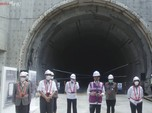 Masuk Terowongan Kereta Cepat, Jokowi Acungkan Jempol!