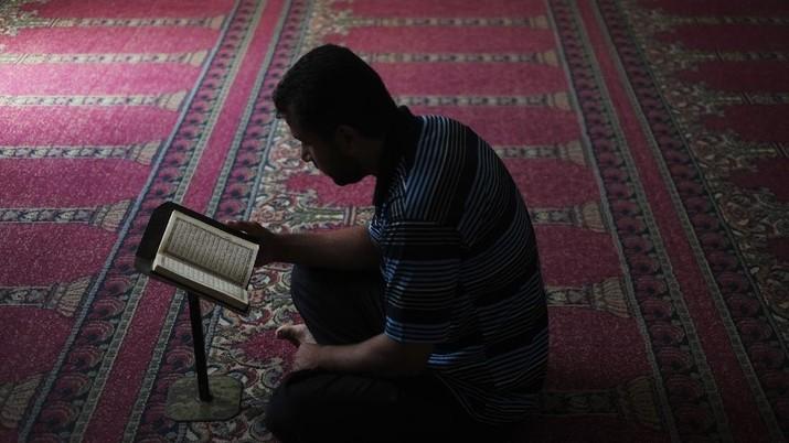 A Palestinian man prays at a mosque in Beit Lahiya, northern Gaza Strip, Friday, July 25, 2014. (AP Photo/Lefteris Pitarakis)