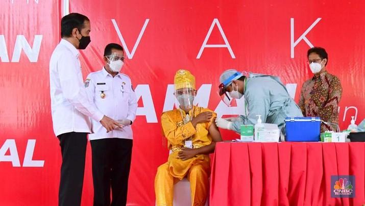 Presiden Joko Widodo Melakukan Peninjauan Vaksinasi Covid-19 di PT. Bintan Inti Industrial Estate, Kab. Bintan, 19 Mei 2021. (Biro Pers Sekretariat Presiden/Muchlis Jr )