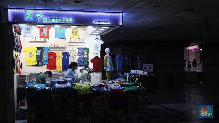 Pengunjung mencoba busana pakaian di Pasar Tanah Abang Blok B, Jakarta, Kamis (20/5/2021). Pasar Tanah Abang Blok A dan B kembali buka namun tidak banyak pengunjung usai tutup sementara pada 12-18 Mei 2021 lalu. Pantauan CNBC Indonesia masih banyak toko yang tutup di Blok A dan B dan aktifitas pengunjung juga tidak dibatasi oleh pihak pengelola.  (CNBC Indonesia/ Tri Susilo)