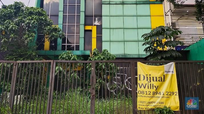 Suasana Gedung dan Perhotelan di kawasan Jakarta yang dipasang spanduk di jual, Jakarta, Jumat (21/5/2021). Pengusaha di sektor perhotelan mulai angkat tangan dengan pandemi Covid-19 yang belum diketahui selesai kapan. Mereka bukan hanya menutup operasional, namun hingga menjual aset properti. Pantauan CNBC Indonesia dilapangan petugas keamanan yang tidak mau disebutkan namanya mengatakan