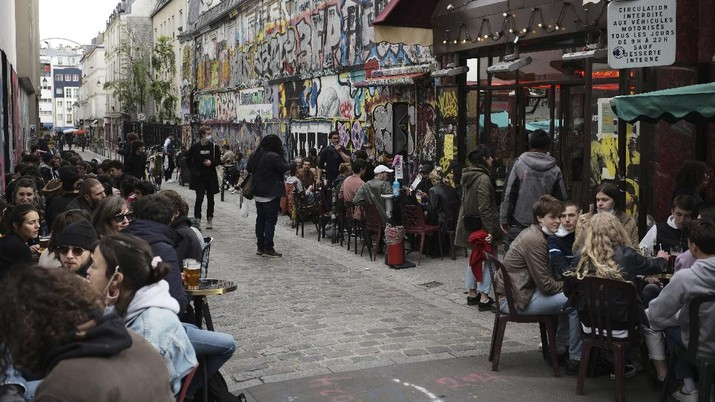 Customers drink beers at cafe terraces in Paris, Wednesday, May, 19, 2021. It's a grand day for the French. Cafe and restaurant terraces reopened Wednesday after a six-month coronavirus shutdown deprived residents of the essence of French