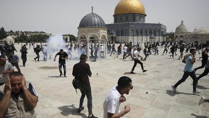Polisi Israel serbu Al-Aqsa. (AP/Mahmoud Illean)