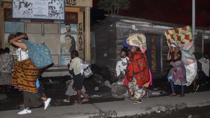 Warga Kongo evakuasi mandiri pasca letusan gunung Nyiragongo. (AP/Justin Kabumba)