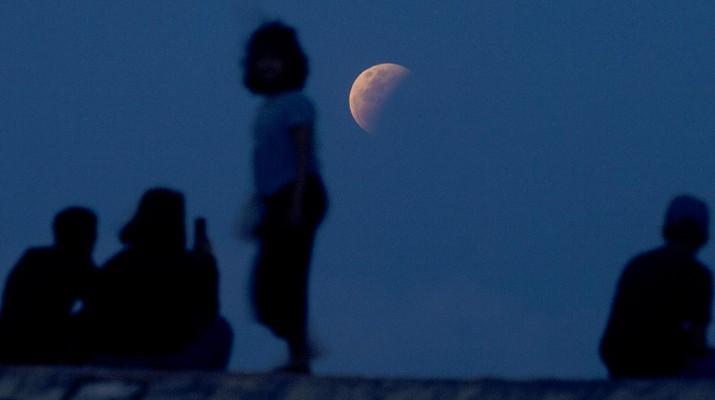 Gerhana Bulan. (AP/Firdia Lisnawati)