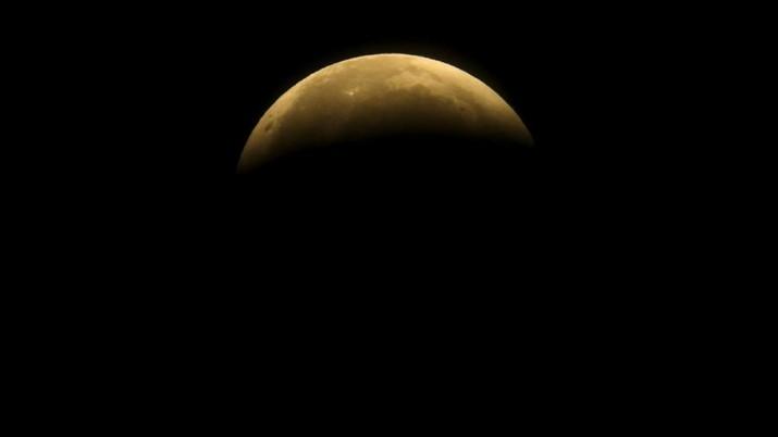 Gerhana Bulan di California. (AP/Ringo H.W. Chiu)