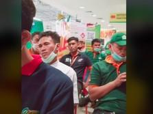 Viral! Tangis Haru Para Karyawan Giant, Netizen Ikutan Baper