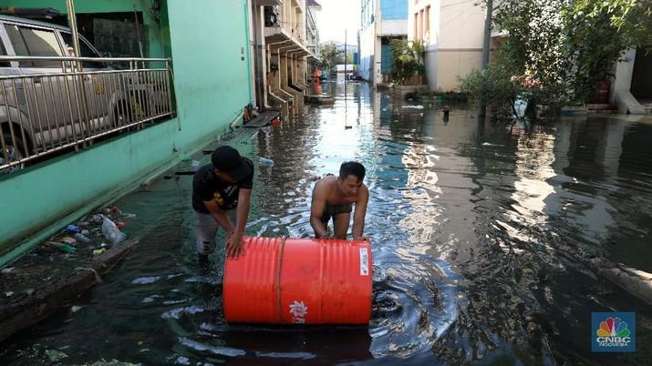 Banjir rob di kawasan Muara Baru, Jakarta Utara, Kamis, (27/5/2021). (CNBC Indonesia/Muhammad Sabki)