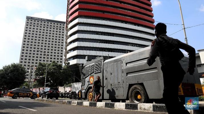 Gedung KPK ramai dijaga aparat gabungan TNI-Polri pada hari ini, Jumat (28/5/2021). (CNBC Indonesia/Andrean Kristianto)