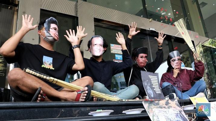 Sejumlah aktivis melakukan aksi ruwat Komisi Pemberantasan Korupsi di Kantor Dewan Pengawas KPK, Jakarta, Jumat, (28/5/2021). (CNBC Indonesia/Andrean Kristianto)