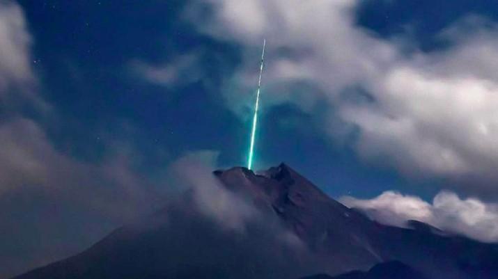 Penampakan cahaya diduga meteor jatuh di puncak Merapi. (Foto: Istimewa/Gunarto Song)
