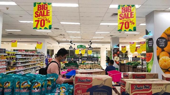 Suasana pusat perbelanjaan di Giant Ekspres Kemayoran terlihat sepi pengunjung, Jakarta, Senin (31/5/2021). PT Hero Supermarket TbkTbk menutup seluruh gerai Giant di Indonesia pada bulan Juni mendatang.  (CNBC Indonesia/Tri Susilo)