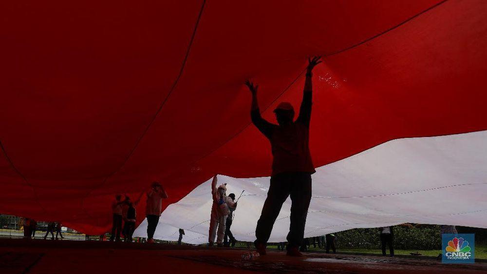 Bendera Merah Putih Raksasa d Halaman Monas (CNBC Indonesia/Andrean Kristianto)