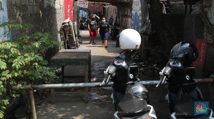 Puluhan warga Rw 04 melakukan lockdown skala kecil di Wilayah Semper, Jakarta, Kamis (3/6/2021). Mengantisipasi penyebaran Virus Covid-19 ketua RW 04 melakukan gerak cepat dengan menutup akses lingkungannya (lockdown).