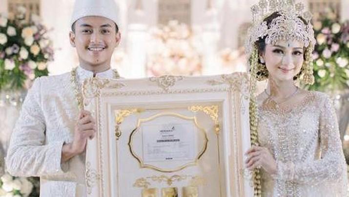 Viral pengantin dengan mahar saham dan logam mulia. Foto: Dok. Instagram @nandaarsynt.