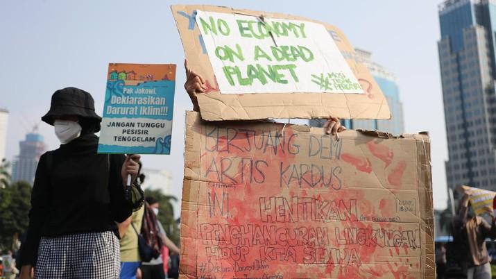 Aktivis melakukan aksi jelang hari Lingkungan Hidup Sedunia pada 5 Juni 2021 besok, Jakarta, Jumat (4/6/2021). (CNBC Indonesia/Tri Susilo)
