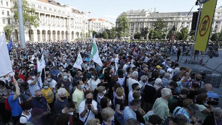 Ribuan orang di Hungaria mekakukan aksi protes menentang rencana pembangunan Universitas China di Budapest pada Sabtu (5/6/2021) waktu setempat. (AP/Laszlo Balogh)