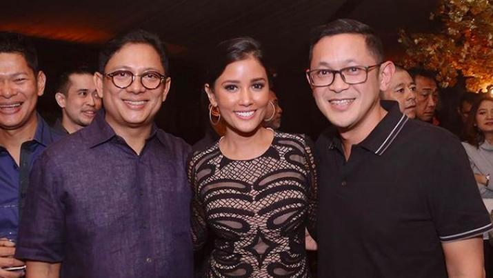 Adrianto Djokosoetono (kanan) dan sang istri artis Titi Rajo Bintang (tengah)/Dok Instagram @titiradjopadmaja
