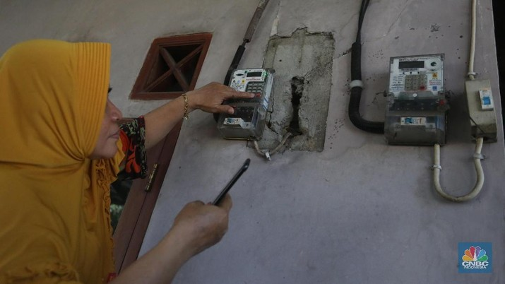 Warga melakukan pengisian token listrik PLN di Depok, Jawa Barat, Senin, 7/6. Pemerintah memutuskan untuk tidak melanjutkan program stimulus berupa diskon tarif tenaga listrik kepada masyarakat dan pelaku usaha yang terdampak pandemi Covid-19 mulai Juli 2021. Sebelumnya pemberian stimulus listrik pada periode April hingga Juni 2021. Sebelumnya diskon tarif sebesar 50% seperti golongan pelanggan 900 VA. Seperti diketahui, stimulus diskon tarif listrik merupakan bagian dalam Penanganan Covid-19 dan Pemulihan Ekonomi Nasional (PCPEN) dan masuk dalam sektor Perlindungan Sosial (Perlinsos) yang merupakan program lanjutan dari 2020.  (CNBC Indonesia/ Muhammad Sabki)