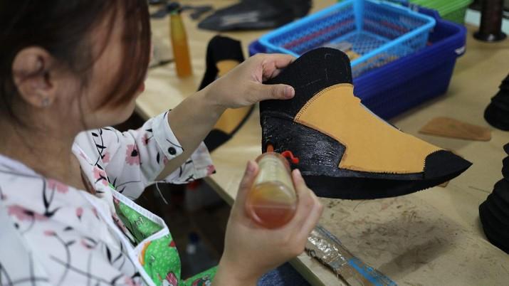 Pekerja menyelesaikan pembuatan sepatu gunung di workshop sepatu gunung mokzhaware di kawasan Pondok Aren, Tangerang Selatan, Senin (7/6/2021). Bahan yang digunakan terbuat dari bahan baku kulit Nubuck. Dalam sehari pabrik ini bisa memproduksi 50 pasang sepatu. Usmar Ismail (42) mendirikan sebuah brand lokal di bidang fashion sepatu sekitar tahun 2016 lalu. Ada tiga hal penting yang harus diperhatikan para pengusaha untuk bisa bertahan di tengah pandemi covid-19, yang pertama adalah terus melakukan inovasi dan tanggap terhadap kebutuhan market online,