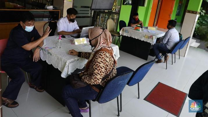 Orang tua murid mencari informasi pengajuan akun untuk mengikuti proses penerimaan Peserta Didik Baru (PPDB) Tahun Pelajaran 2021/2022 di Sekolah SMA Negeri 87 Jakarta, Senin (7/6). Proses penerimaan Peserta Didik Baru (PPDB) Tahun Pelajaran 2021/2022 di DKI Jakarta yang mulai dibuka sejak hari ini, Senin (7/6). Pada tahun ini, ada empat jalur pendaftaran yang dibuka meliputi jalur prestasi, afirmasi, zonasi, perpindahan tugas orang tua dan anak guru. Pada hari ini 7 Juni hingga 9 Juni 2021 PPDB dibuka khusus untuk jalur prestasi. Persyaratan PPDB Jakarta 2021 adalah ketentuan yang mewajibkan bahwa sekolah-sekolah negeri atau milik pemerintah yang ada di wilayah DKI Jakarta, hanya boleh menerima siswa yang terdaftar di Kartu Keluarga (KK) yang diterbitkan oleh Dinas Catatan Sipil dan Kependudukan Provinsi DKI Jakarta. Aturan ini PPDB DKI Jakarta 2021 juga telah diundangkan pada tanggal yang sama, dan dicatatkan dalam Berita Daerah Provinsi DKI Jakarta Tahun 2021 nomor 55005. Pada pasal 1 ayat (11) Pergub No 32 Tahun 2021 tersebut meyebutkan,