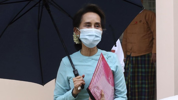 Myanmar Leader Aung San Suu Kyi leaves after the Central Executive Committee meeting at her National League for Democracy (NLD) party headquarters in Naypyitaw, Myanmar Tuesday, July 21, 2020. Suu Kyi, who holds the title of State Counsellor, led her National League for Democracy party to a landslide victory in the 2015 general election, and a party spokesman said Tuesday that both she and President Win Myint will stand in the new polls scheduled for this November. (AP Photo/Aung Shine Oo)