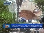 Lubang Raksasa 'Telan' Mobil di Israel