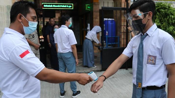 Sejumlah siswa/i mengikuti simulasi sekolah tatap muka di SMAN Negeri 15 di Jakarta, Selasa (8/6/2021). Menteri Pendidikan, Kebudayaan, Riset dan Teknologi (Mendikbudristek) Nadiem Makarim menginginkan agar sekolah tatap muka dapat dilaksanakan pada bulan Juli bulan depan. Pantauan CNBC Indonesia dilokasi para siswa siswi harus mengikuti protokol kesehatan yang sudah ditentukan oleh pihak sekolah. Pembelajaran hanya dilakukan 2 jam sehari dan maksimal murid hanya 20%. Sebelumnya Menteri Kesehatan Budi Gunadi Sadikin mengatakan berdasarkan arahan Presiden Joko Widodo (Jokowi) sekolah tatap muka harus dijalankan dengan ekstra hati-hati. (CNBC Indonesia/ Tri Susilo)