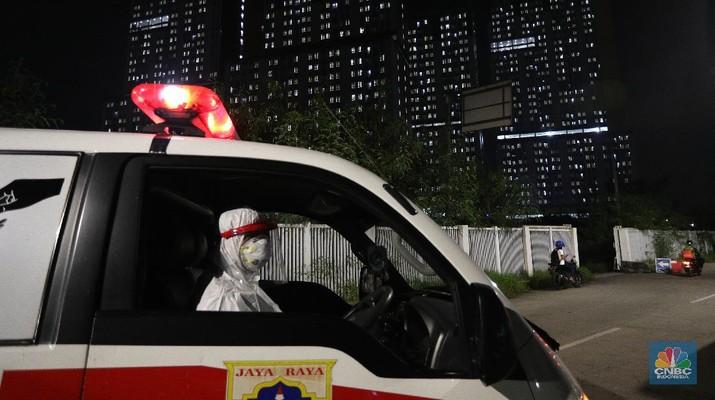 Petugas medis menunjukkan surat tugas yang membawa pasien Covid-19 menuju Rumah Sakit Darurat Covid-19 Wisma Atlet, Jakarta, Selasa (8/6/2021). Pemerintah memerbarui data kasus Covid-19 di RI. Hari ini pemerintahmelaporkan tambahan kasus Covid 6.294, kasus sembuh covid 5.85 dan 189 kasus meninggal akibat covid. Penambahan kasus baru ini disampikan oleh satgas Covid-19 pada Selasa(8/6/2021). Pantauan CNBC Indonesia dilokasi mobil ambulans hilir mudik datang dan pergi. Kisaran waktu 15 menit datang satu mobil ambulans dan satu mobil sekolah yang membawa pasien Covid-19. Dilokasi salah satu pengemudi ambulans Wisma Atlet juga tampak kelelahan dan beristirahat di bangku supir bus. Salah satu keluarga juga datang menggunakan sepeda motor untuk di isolasi mandiri di Wisma Atlet. (CNBC Indonesia/ Tri Susilo)