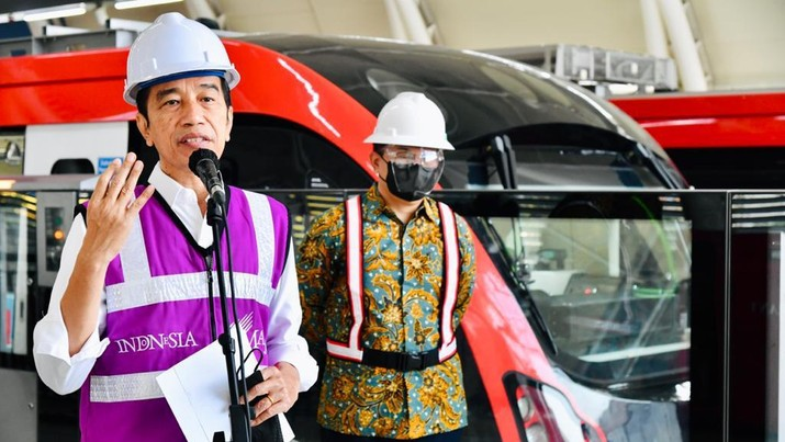 Presiden Jokowi Meninjau Stasiun LRT TMII dan Stasiun Harjamukti Cibubur, Rabu (9/6/2021). (Biro Pers Sekretariat Presiden/Laily Rachev)