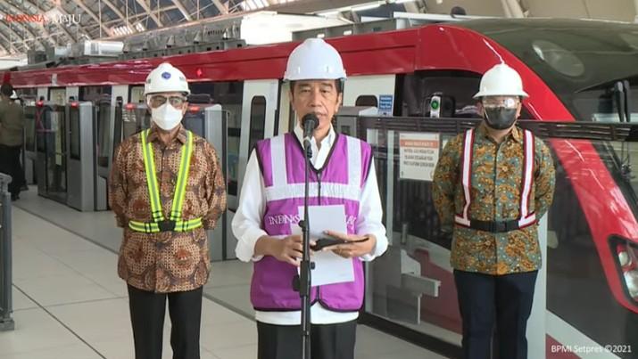 Presiden Jokowi Meninjau Stasiun LRT TMII, Rabu (9/6/2021). (Tangkapan Layar Youtube Sekretariat Presiden)
