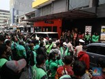 Penampakan Kerumunan Ojol Antre BTS Meal di McD Jakarta