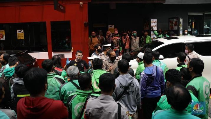 Sejumlah ojol berkerumun untuk membeli promo BTS Meal di gerai McDonald's Pondok Indah, Rabu (9/6/2021). (CNBC Indonesia/ Muhammad Sabki)