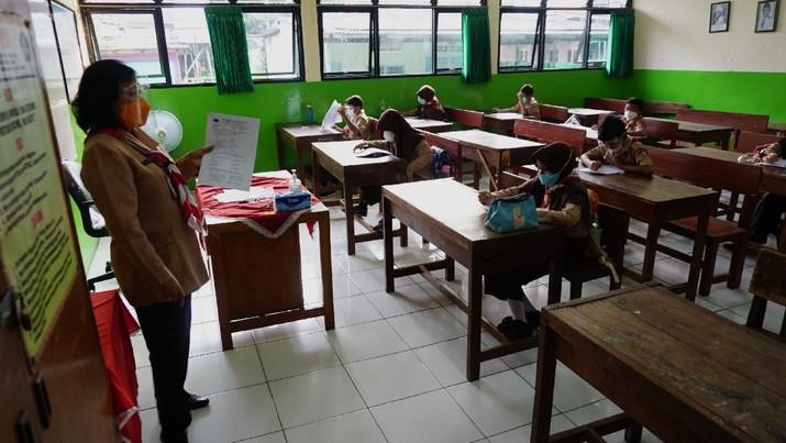 Sejumlah murid mengikuti uji coba pembelajaran tatap muka di SDN Kebayoran Lama Selatan 17 Pagi, Jakarta, Rabu (9/6/2021). Menurut Dinas Pendidikan DKI Jakarta uji coba sekolah tatap muka dilakukan sebanyak 226 sekolah di Jakarta.  (CNBC Indonesia/ Tri Susilo)