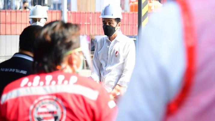 Presiden Berdialog dengan Pekerja di Pelabuhan Tanjung Priok. (Biro Pers Sekretariat Presiden/Muchlis Jr )