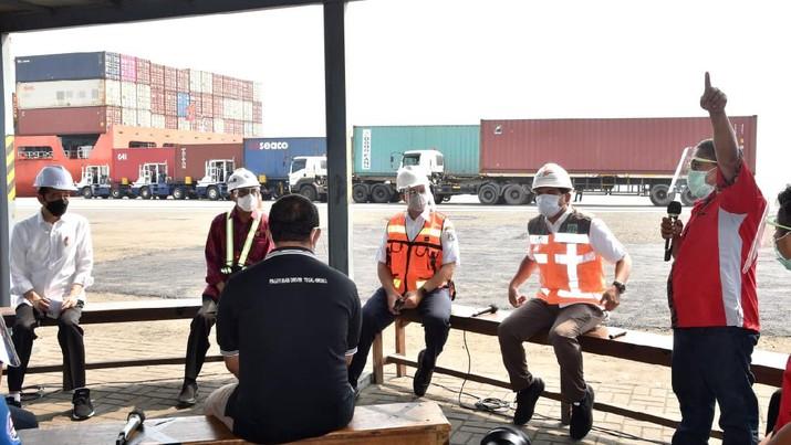 Presiden Berdialog dengan Pekerja di Pelabuhan Tanjung Priok. (Biro Pers Sekretariat Presiden/Rusman)