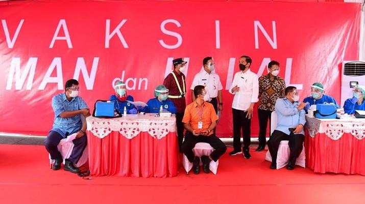 Presiden Joko Widodo Meninjau Vaksinasi Massal Covid-19 bagi Pelaku Transportasi dan Masyarakat Terminal di Terminal Kp. Rambutan. (Biro Pers Sekretariat Presiden/Muchlis Jr)