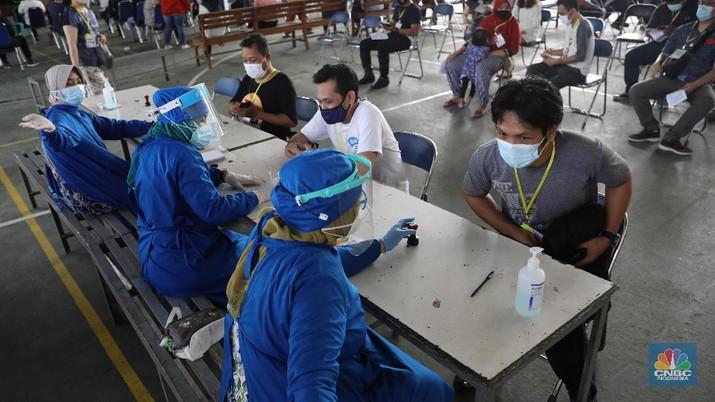 Sejumlah warga mengikuti program vaksin di SMA Percik Jakarta, Kamis, 10/6. Sasaran vaksinasi COVID-19 kini diperluas hingga kelompok usia 18 tahun ke atas. Saat ini, baru DKI Jakarta yang secara terbuka menyasar kelompok usia 18 tahun ke atas dalam program vaksinasi COVID-19. Kementerian Kesehatan dalam suratnya untuk Dinas Kesehatan DKI menyebut ada beberapa pertimbangan soal itu. Salah satunya, kasus aktif di DKI terhitung tinggi dalam beberapa waktu belakangan yakni 7,62 persen dalam sepekan terakhir. Dari angka tersebut, 35 persen kasus positif memiliki gejala sedang hingga kritis dan perlu dirawat di rumah sakit. Vaksinasi COVID-19 untuk kelompok 18 tahun ke atas di DKI akan menggunakan vaksin AstraZeneca. Tidak ada pertimbangan khusus, mengingat DKI memang mendapat banyak alokasi vaksin jenis tersebut. (CNBC Indonesia/ Muhammad Sabki)