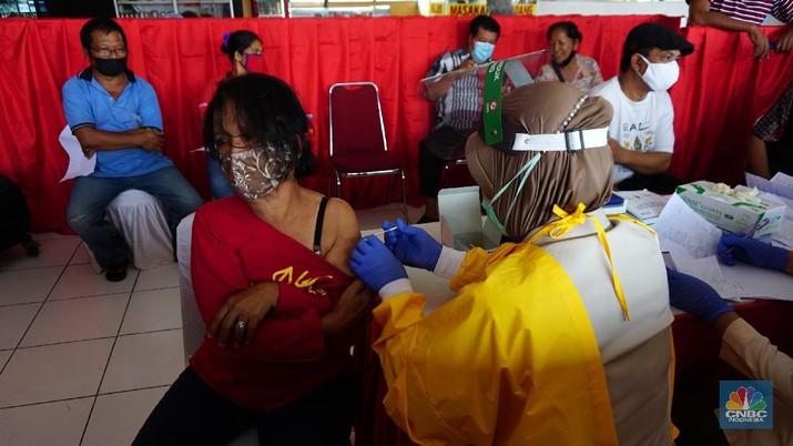 Sejumlah supir dan kernet bus mengantre untuk pendaftaran penyuntikan Vaksin Covid-19 di Terminal Bus Kampung Rambutan, Jakarta, Kamis (10/6/2021). Presiden Jokowi menjelaskan ada kurang lebih 1.000 dosis vaksin yang diberikan untuk supir, kernet dan pelaku usaha kecil di Terminal Kampung Rambutan. Dengan harapan vaksinasi bisa memberikan perlindungan bagi supir, kernet dan pelaku usaha kecil di Terminal Kampung Rambutan. (CNBC Indonesia/ Tri Susilo)